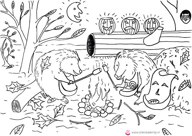 Twee egeltjes en Slim Slabbetje roosteren marshmallows boven een vuurtje in een herfstbos met halloween pompoenen..