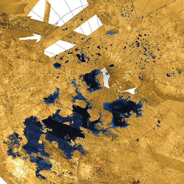 Lagos e mares registrados pela sonda Cassini em 12 de dezembro de 2013. Kraken Mare, o maior oceano de Titã encontra-se próximo do centro da imagem, ao lado do polo norte
