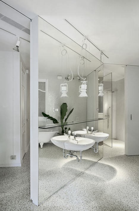 To da loos: Gorgeous floor to ceiling mirrors behind the