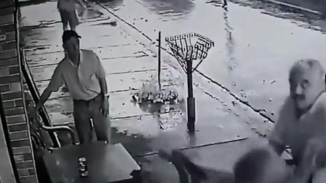 Έπεφταν μαχαιριές δίπλα του και εκείνος σκεφτόταν πως θα σώσει την μπύρα (video)