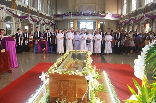 Ngày thứ Ba: Kính viếng và cầu nguyện cho Đức cha Phanxicô Xaviê Nguyễn Văn Sang - Ảnh minh hoạ 46