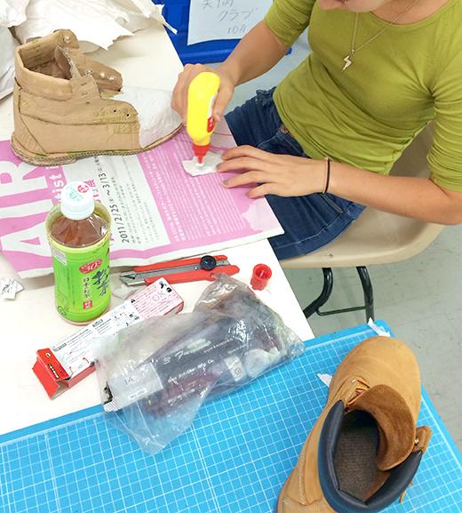 横浜美術学院の中学生教室 美術クラブ 「紙でつくる靴」仕上げの工程1