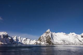 Montagne enneigé et lac