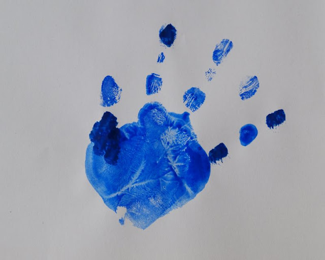 DIY: Mit Wasserfarben Fische aus Handabdrücken zaubern. Hier entsteht ein blauer Fisch, gleich seht Ihr mehr!