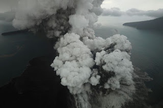 Aktivitas letupan abu vulkanik dari Gunung Anak Krakatau di Selat Sunda terpantau dari udara yang diambil pesawat Cessna 208B Grand Caravan milik maskapai Susi Air, Minggu (23/12/2018) - Foto/Kompas