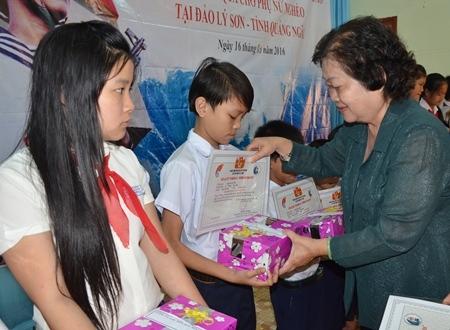 Bà Trương Thị Mỹ Hoa - nguyên Phó Chủ tịch nước trực tiếp trao học bổng tại đảo Lý Sơn.