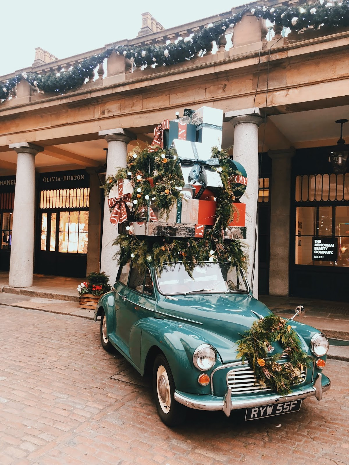 christmas in london, christmas decoration in london, christmas 2018, christmas decoration london 2018, indian blogger, london blogger, covent garden christmas decoration, christmas red, covent garden 2018, covent garden, covent garden green car,