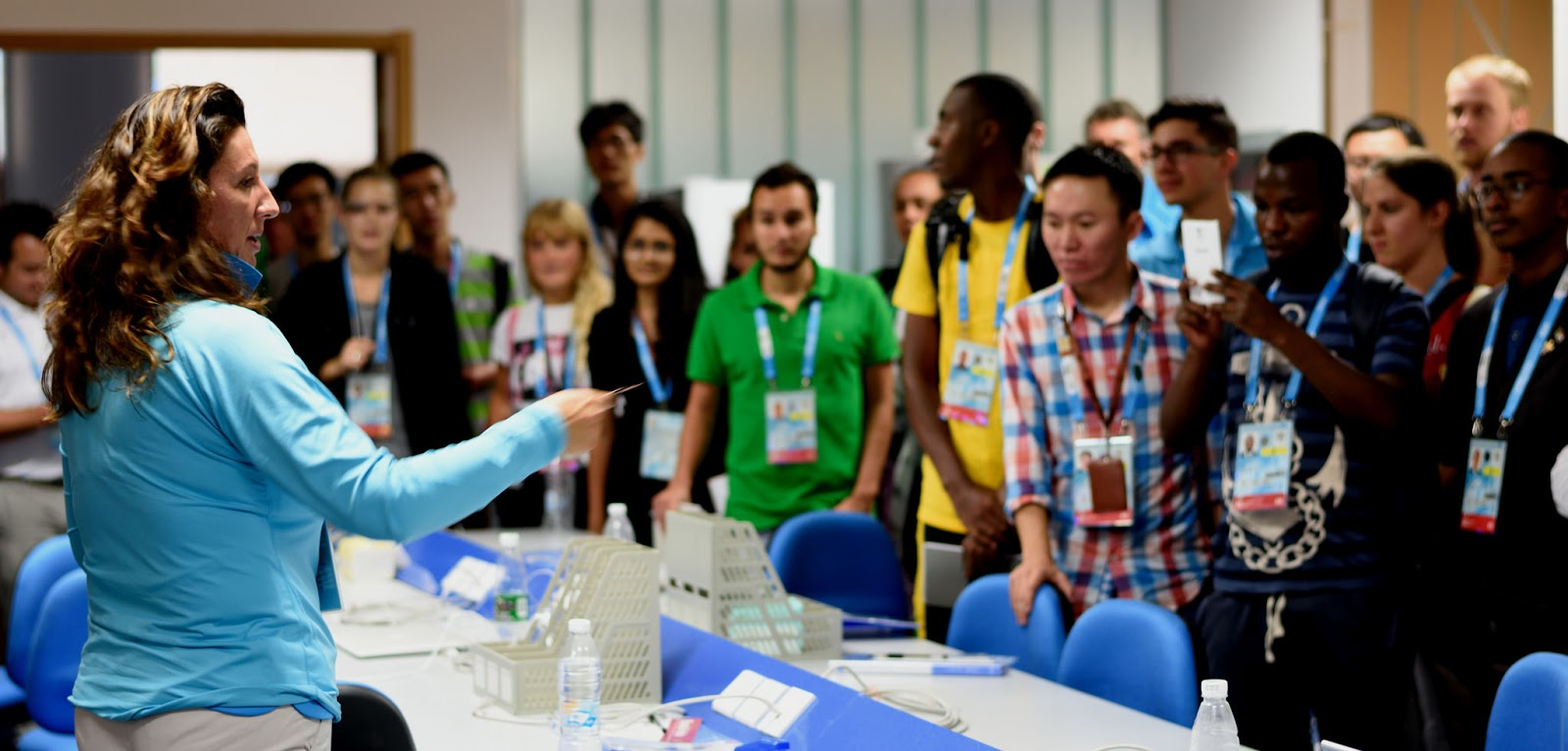 Lucia Montanarella guide IOC Young Reporters in the Press Room