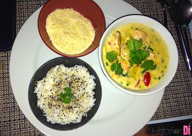 Curry amarelo de frango com legumes, farofa e arroz de jasmim