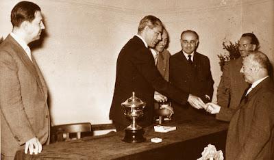 Entrega de trofeos del Match Ayuntamiento de Barcelona - Diputación de Barcelona, 1954
