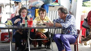 Top Gear comiendo en un restaurante callejero de Vietnam