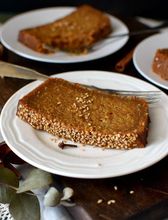 La Torta Bejarana, también conocida popularmente como torta burrera, se hace tradicionalmente en un molde rectangular y tiene el sello característico del ajonjolí que se agrega tanto en la mezcla como en la superficie