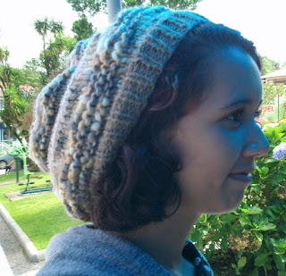 gorro de lã marrom na cabeça de uma adolescente