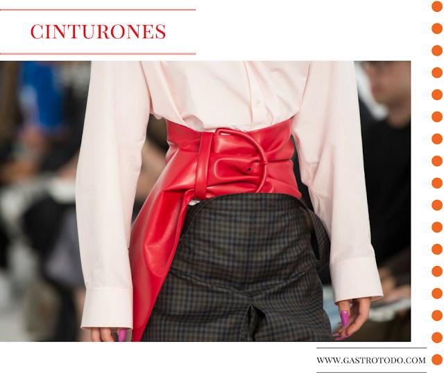 Gran cinturón y hebilla todo cubierto de fina piel roja