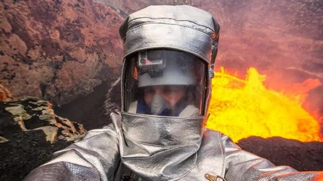 16. Selfie Extreme di tebing kawah larva panas