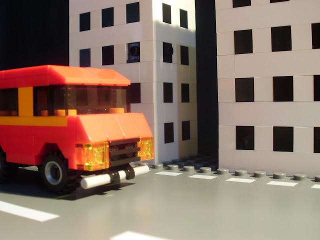 MOC LEGO carrinha vermelha e laranja.
