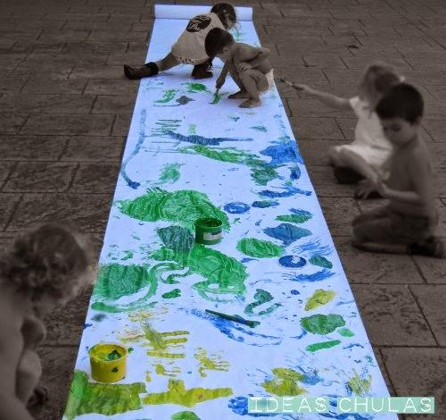 Niños pintando con pintura de dedos