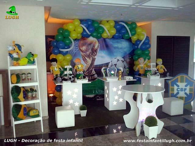 Decoração temática da mesa do bolo de festa de aniversário com o tema Futebol - Seleção Brasileira