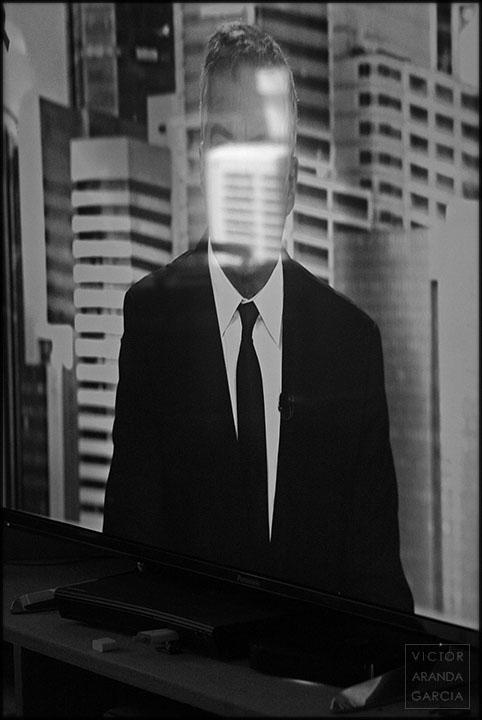 Fotografía del presentador de un telediario en una pantalla de televisión con el reflejo de una máquina de aire acondicionado