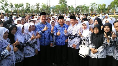 Image result for guru honorer mengajar