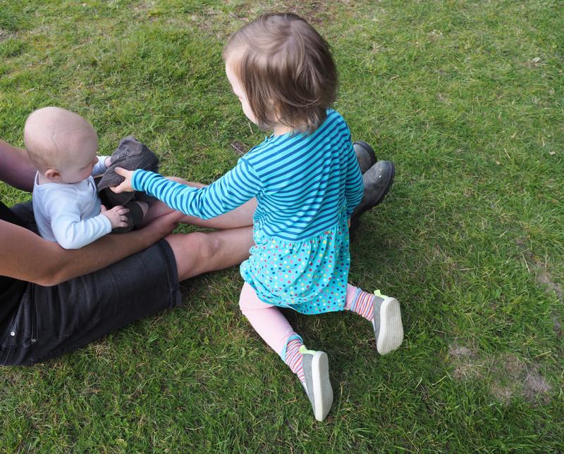 tyttö ja pieni vauva