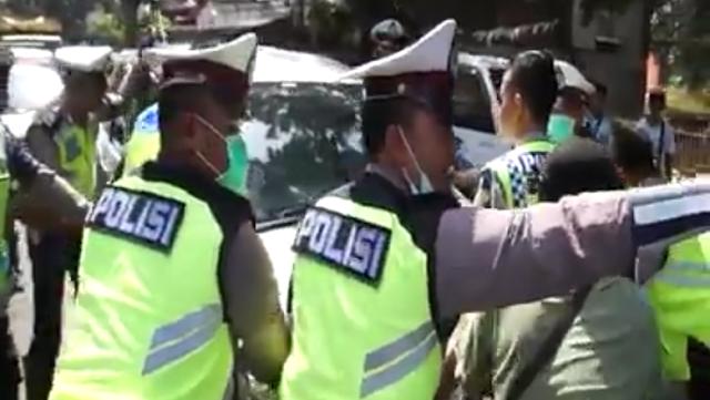 Dihadang Polisi Ramai-ramai, Pemobil di Tangerang Ini Nekat Menerobos