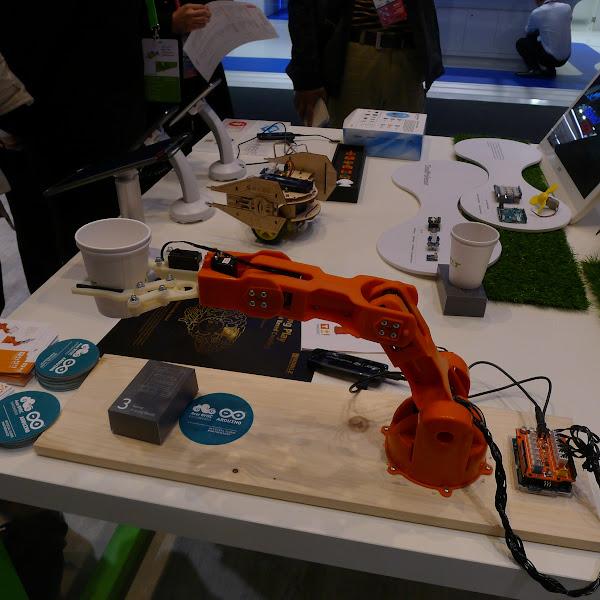 圖說:現場展示Arduino機器手臂braccio拿起杯子。