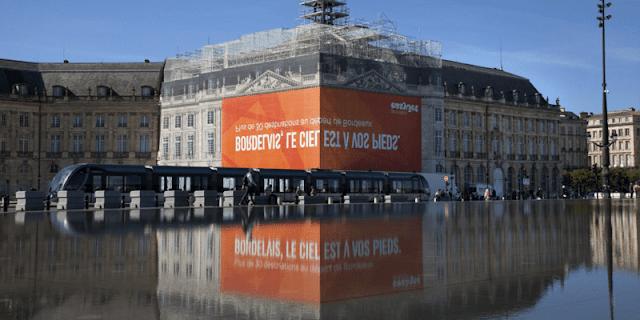 easyjet-espejo-de-agua-burdeus-anuncio-creativo-refleja-en-el-agua