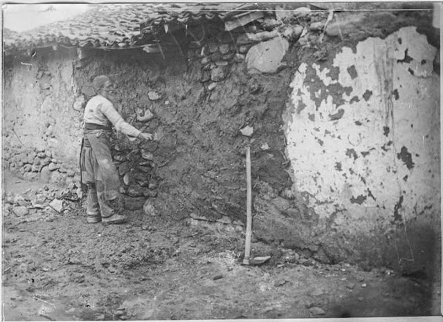 In the streets of Bitola (Monastir) (March 1917). Old Turk repairing the damage of a shell