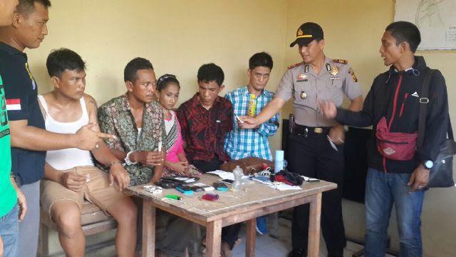 Ibu RT dan Empat Pria Ketangkap Polisi Sedang.....