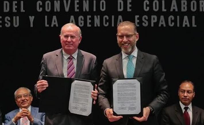 El Director General de AEM, Dr Javier Mendieta Jiménez y el Secretario de SEDESU, Marco del Prete Tercero, durante la firma del instrumento. (Foto: SCT)