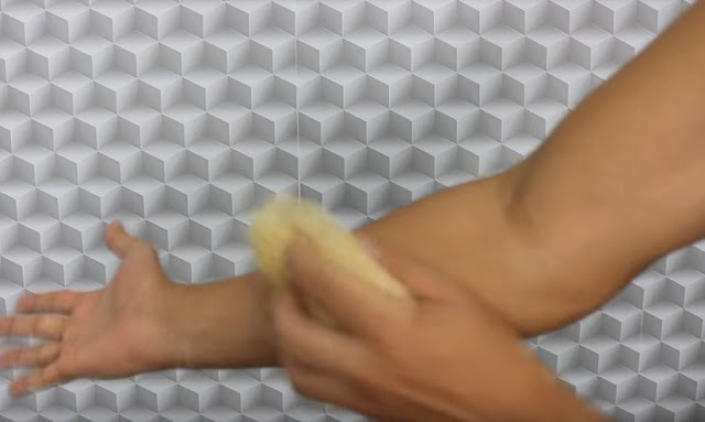 Usar esponja de forma agressiva