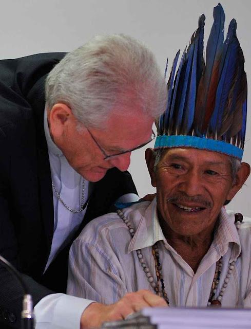 Dom Leonardo Ulrich, secretário geral da CNBB e Tito Vilhalva, da etnia Guarani Kaiowá. Foto: Antonio Cruz/Agência Brasil.