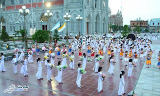 Cuộc rước và dâng hoa đồng tiến Chúa Nhật lễ Chúa Thánh Thần Hiện Xuống