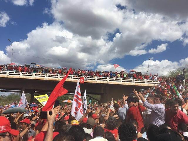 Milhares de agentes comunistas lotavam o caminho da comitiva comunolulista