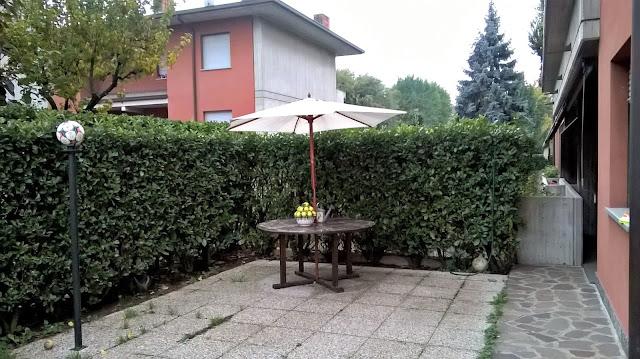 il giardino lastricato frontale del quadrilocale in vendita torre boldone via lombardia 21