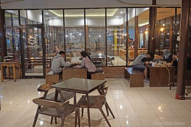 Ruang smoking area di kedai kopi Stereos Coffee
