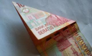 Melipat uang bentuk love