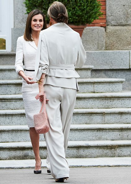 Queen Letizia wore a white Felipe Varela skirt suit, blazer and Magrit Pumps and diamond earrings. Juan Manuel Santos and María Clemencia Rodríguez