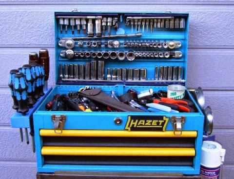 hazetハゼット工具箱のフタにポイントがあります。この蓋の部分に重量物であるソケットの駒の大半が収納されています。上下は原工具で販売していたSAMを使いセミディープからディープソケットを納め、中心部分にネプロスのソケットレールを改造しマグネットで取付けています。