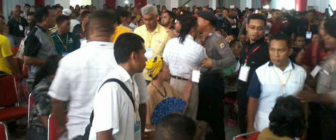 Suasana debat publik antar calon Wakil Bupati Maluku Tenggara Barat (MTB) yang digelar KPUD setempat diwarnai ketegangan, menyusul ketidakhadiran Markus Faraknimela, yang berpasangan dengan Dharma Oratmangun d(DOA) dan diusung Golkar dan PAN.