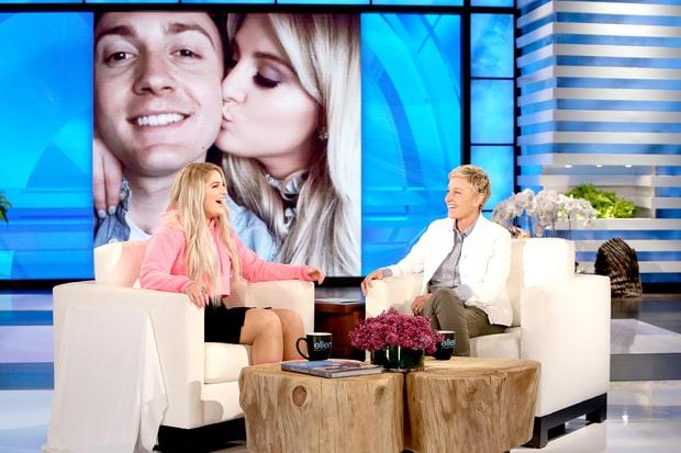 Foto de la entrevista de Ellen DeGeneres a Meghan Trainor donde cuenta que aprendió lengua de signos tras su cirugía vocal