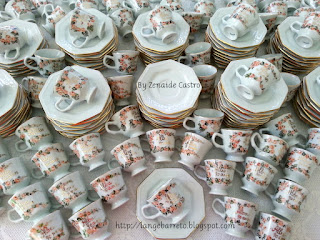 Xícaras em porcelana pintada a mão.
