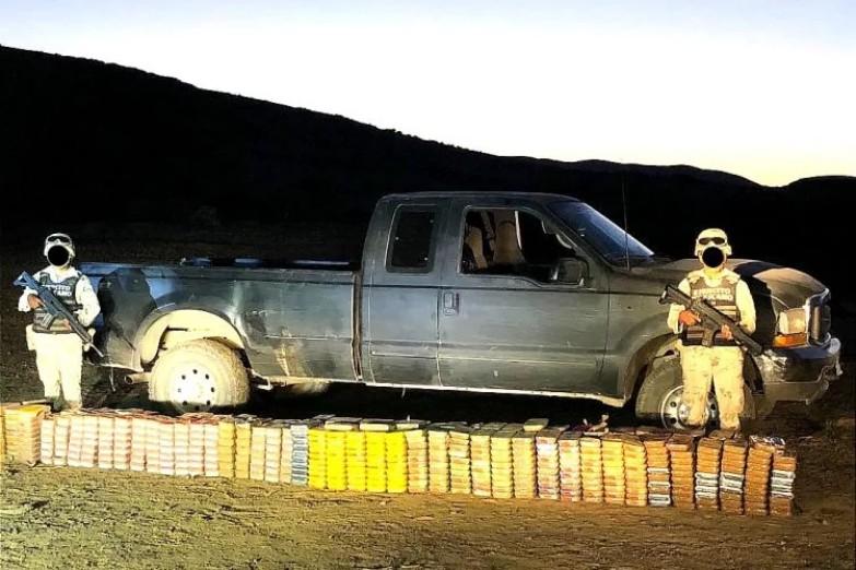 Abandonan pick up con media tonelada de cristal, heroína y cocaína, en San Quintín, Baja California.