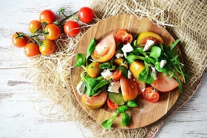 Sałatka z kolorowych pomidorów i fety