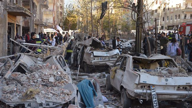 Em uma declaração após o incidente, o governador da província de Diyarbakir disse que a explosão foi causada por um carro-bomba, acrescentando que militantes do PKK podem estar por trás do ataque