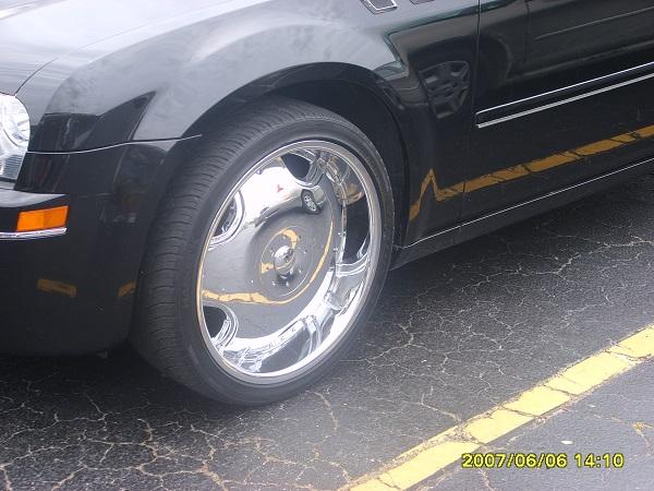 Chromglänzende Felgen an einem Chrysler 300 CC