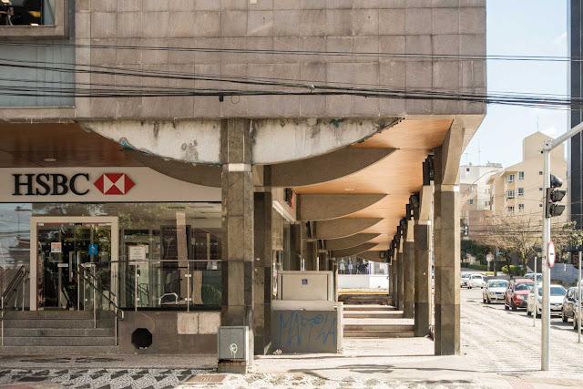 Um banco e os seus prédios