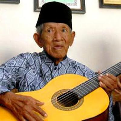 "Biografi Gesang      Gesang atau lengkapnya Gesang Martohartono (lahir di Surakarta, Jawa Tengah, 1 Oktober 1917 – meninggal di Surakarta, Jawa Tengah, 20 Mei 2010 pada umur 92 tahun) adalah seorang penyanyi dan pencipta lagu asal Indonesia. Dikenal sebagai ""maestro keroncong Indonesia,"" ia terkenal lewat lagu Bengawan Solo ciptaannya, yang terkenal di Asia, terutama di Indonesia dan Jepang. Lagu 'Bengawan Solo' ciptaannya telah diterjemahkan kedalam, setidaknya, 13 bahasa (termasuk bahasa Inggris, bahasa Tionghoa, dan bahasa Jepang)  Lagu bengawan solo diciptakan pada tahun 1940, ketika ia beusia 23 tahun. Gesang muda ketika itu sedang duduk di tepi Bengawan Solo, ia yang selalu kagum dengan sungai tersebut, terinspirasi untuk menciptakan sebuah lagu. Proses penciptaan lagu ini memakan waktu sekitar 6 bulan. Lagu Bengawan Solo juga memiliki popularitas tersendiri di luar negeri, terutama di Jepang. Bengawan Solo sempat digunakan dalam salah satu film layar lebar Jepang.  Gesang tinggal di di Jalan Bedoyo Nomor 5 Kelurahan Kemlayan, Serengan, Solo bersama keponakan dan keluarganya, setelah sebelumnya tinggal di rumahnya Perumnas Palur pemberian Gubernur Jawa Tengah tahun 1980 selama 20 tahun. Ia telah berpisah dengan istrinya tahun 1962. Selepasnya, memilih untuk hidup sendiri. Ia tak mempunyai anak."