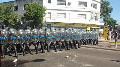 El personal policial ha procedido al cierre del vallado en el perímetro del edificio de la planta Artes Gráficas Rioplatenses (AGR) en Buenos Aires, 17 de enero de 2017.